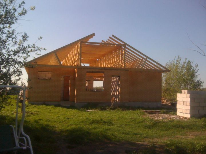 Дом со строящейся крышей