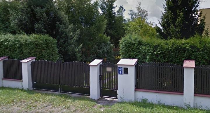 Деревянный забор с кирпичными столбами