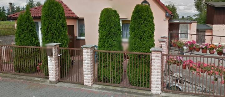 Современный забор с кирпичными столбами